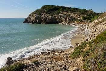 Imagen panorámica de la cala de l'home mort, una de las mejores playas del Garraf.