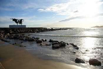 Vista de la escultura de Pasífae ubicada en la Playa de Ribes Roges, en Vilanova i la Geltrú.