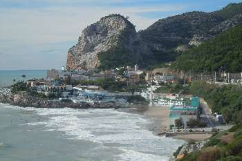 One of the best beaches in Garraf is this, known as les Casetes del Garraf, located next to Sitges.