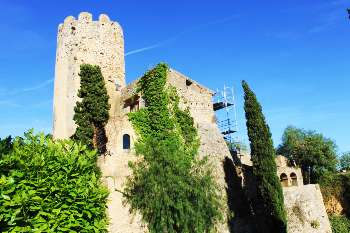 image of the exterior of the castle of Ribes in full restoration