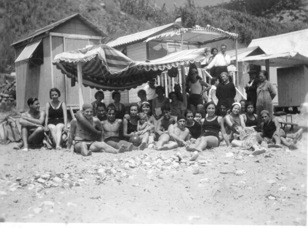 algunos bañistas de principios del siglo XX con las casetes del garraf de fondo